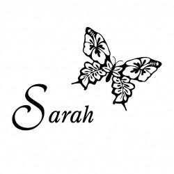 Wandtattoo mit Wunschname und Schmetterling